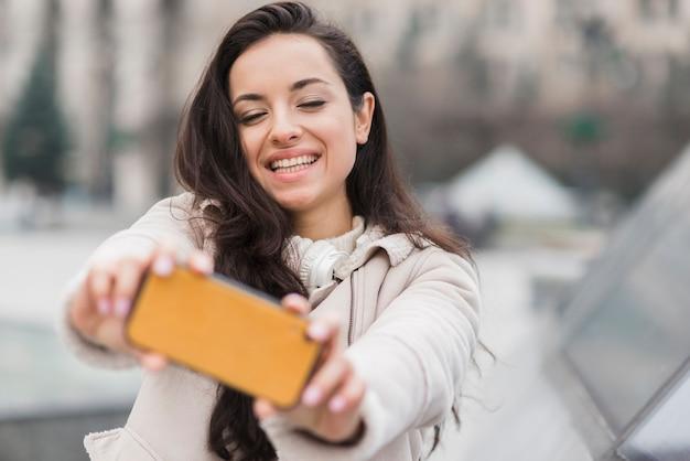 Selfieを取って幸せな女 無料写真