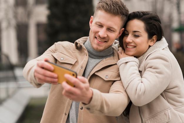Selfieを取って幸せなカップル 無料写真