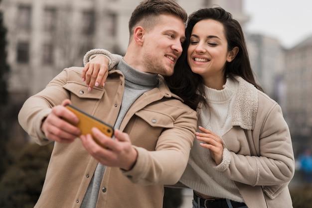 Selfieを取ってカップルのローアングル 無料写真
