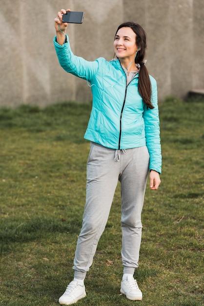 Selfieを取ってスポーツウェアの女性 無料写真