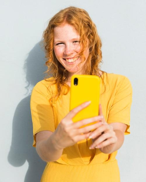 Selfieを取って幸せな女の子 無料写真