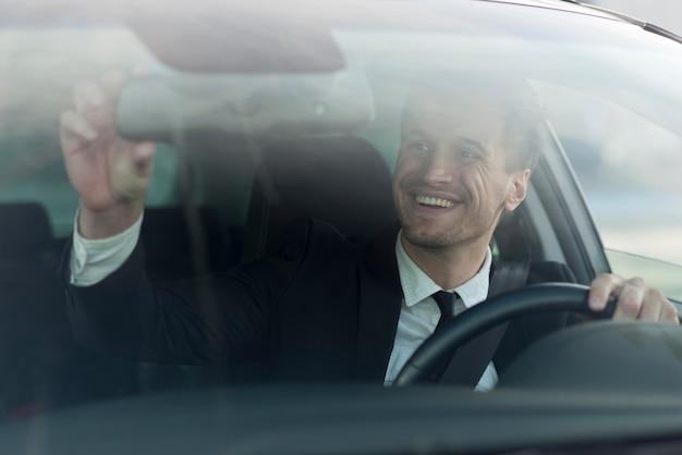 Selfieを取って車の男 無料写真