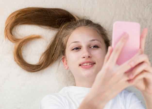 Девушка взгляд сверху принимая selfie Бесплатные Фотографии