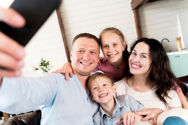 家族が自宅でselfieを取る 無料写真