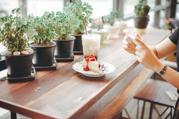 Selfie朝食デザート。モカアイスコーヒーの写真を撮る Premium写真