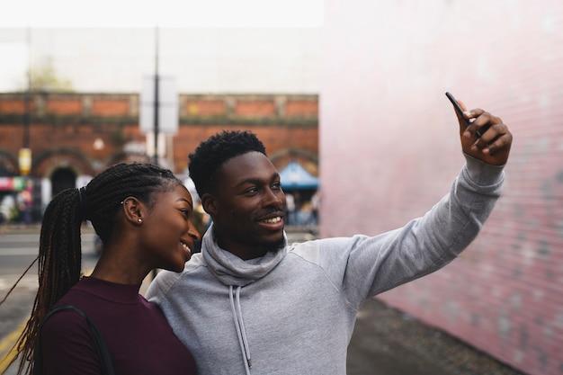 Selfieを取って日付をカップルします。 Premium写真