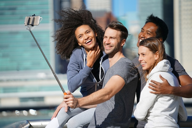 Selfie写真を撮る友人のグループ Premium写真