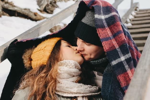 寒い季節に森林公園でselfieを作る愛の幸せなカップル。旅行冒険ラブストーリー Premium写真