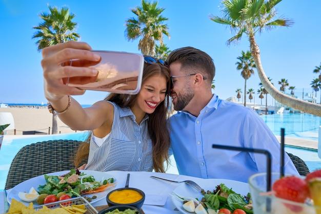 若いカップルselfieスマートフォンの写真 Premium写真