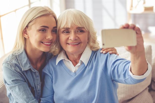 美しい老婦人と若い女の子がselfieをやっています。 Premium写真