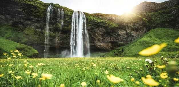 Волшебный водопад seljalandsfoss в исландии. Premium Фотографии