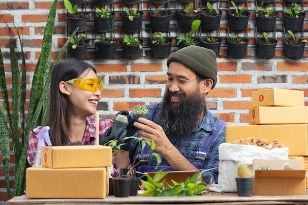 植物をオンラインで販売する。植物を育てながら笑顔のカップル 無料写真