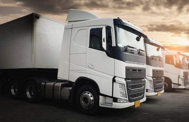 夕暮れ時の駐車場のセミトラック Premium写真