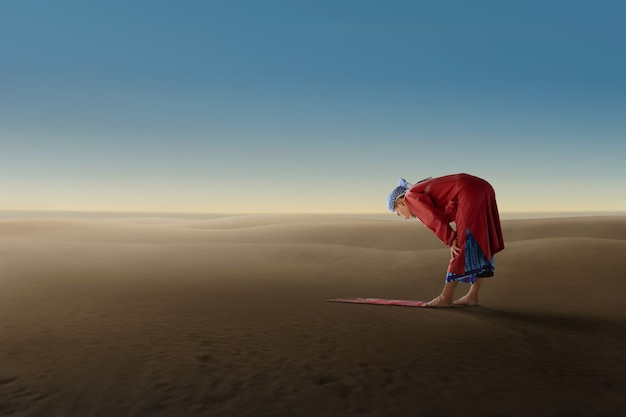 Senior asian muslim man pray to god Premium Photo