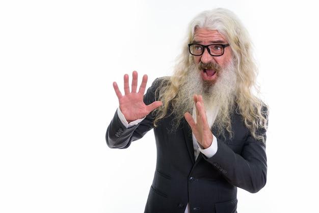 Старший бородатый бизнесмен выглядит напуганным Premium Фотографии