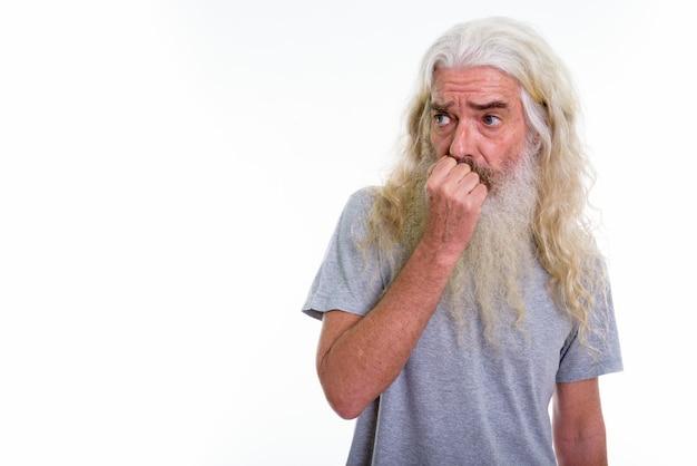 Старший бородатый мужчина испуганно смотрит в сторону Premium Фотографии