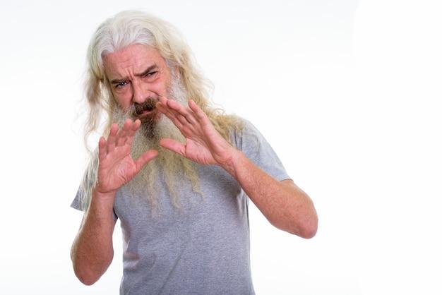 Старший бородатый мужчина выглядит напуганным Premium Фотографии