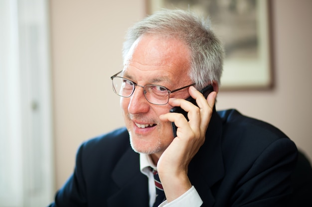 Senior businessman on the phone Premium Photo