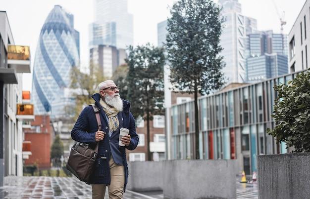 Старший бизнесмен, идущий на работу Premium Фотографии