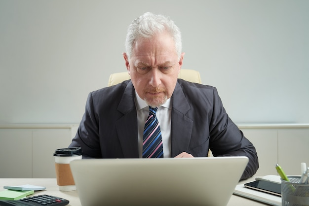 Senior businessman at workplace Free Photo
