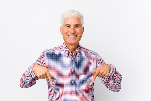 Senior caucasian man isolated points down with fingers, positive feeling. Premium Photo