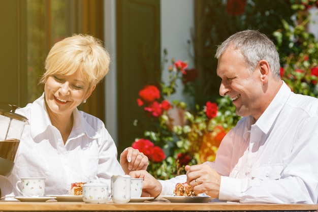 Senior couple in garden with coffee Premium Photo