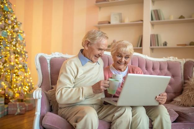 ビデオ通話をしている年配のカップル Premium写真