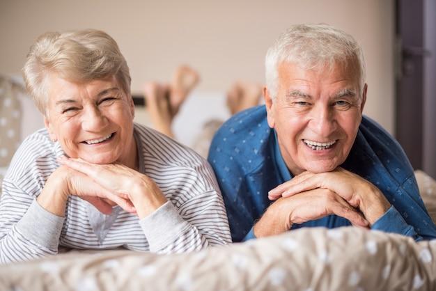 Старшая пара в пижаме на кровати Бесплатные Фотографии