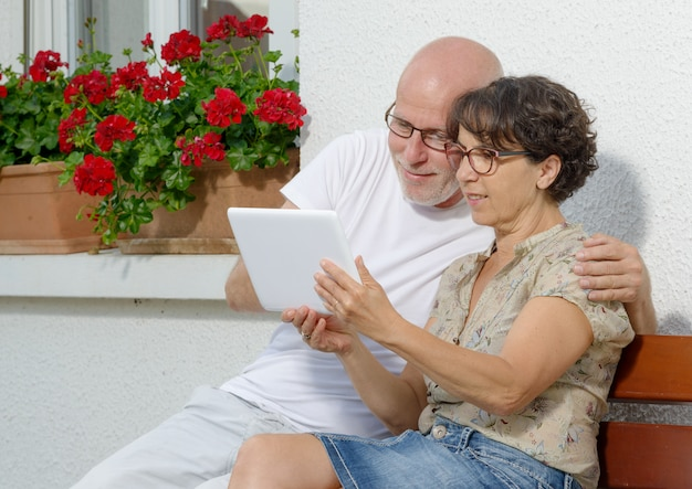 Senior couple with a tablet, outdoor Premium Photo
