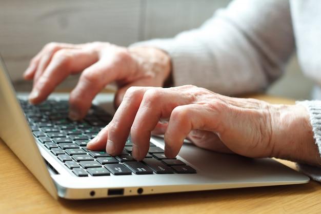 Senior elderly business woman working on laptop. Premium Photo