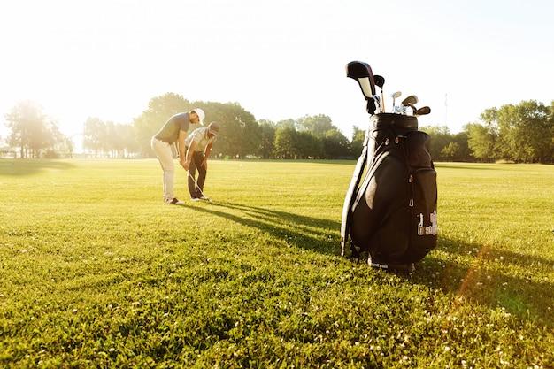 골프를하는 방법 젊은 스포츠맨을 가르치는 수석 남성 코치 무료 사진