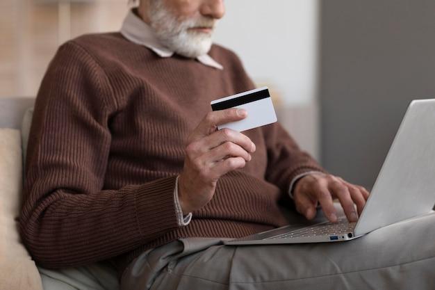 온라인 쇼핑 준비가 수석 남성 무료 사진
