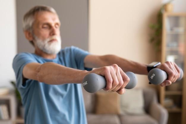 Старший мужчина работает дома Бесплатные Фотографии