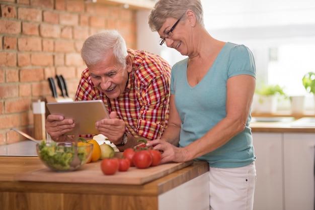 一緒に時間を過ごす年配の男性と女性 無料写真