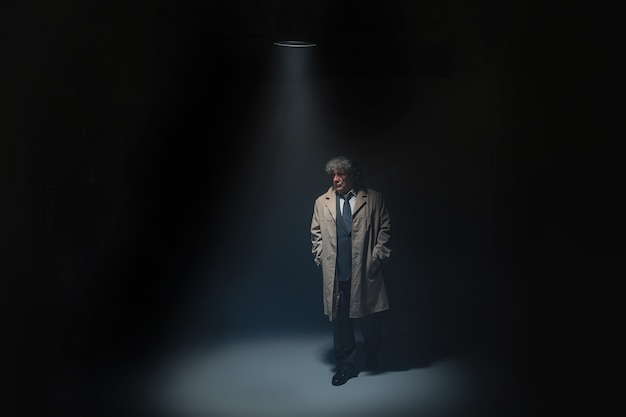 L'uomo anziano come detective o capo della mafia Foto Gratuite