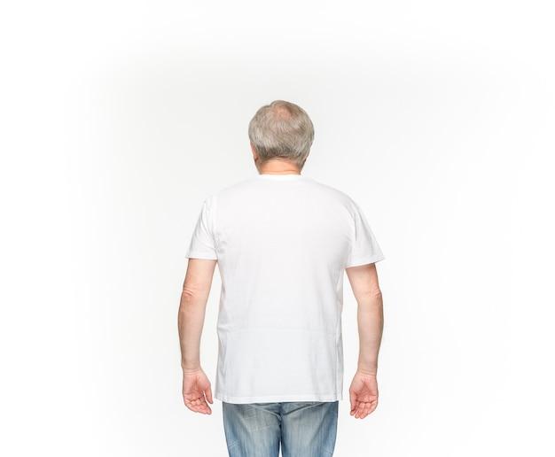 白で隔離空の茶色のtシャツで年配の男性の体。 無料写真