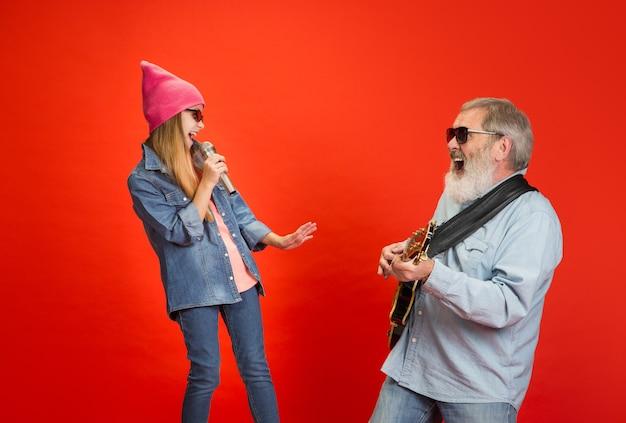 Uomo maggiore che trascorre tempo felice con la nipote in neon. Foto Gratuite