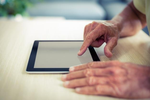 Senior man using digital tablet Premium Photo