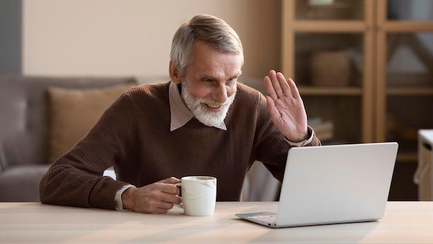 Старший мужчина видеоконференцсвязи Бесплатные Фотографии
