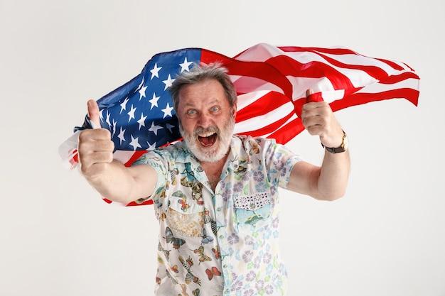 Uomo anziano con la bandiera degli stati uniti d'america Foto Gratuite