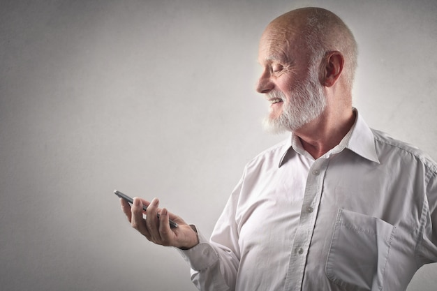 Senior man with a smartphone Premium Photo