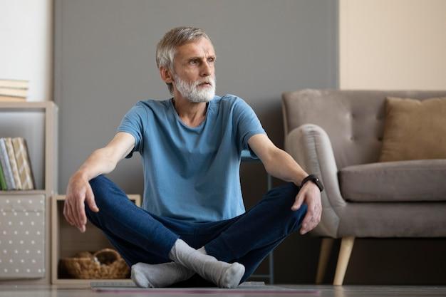自宅で運動する年配の男性 無料写真