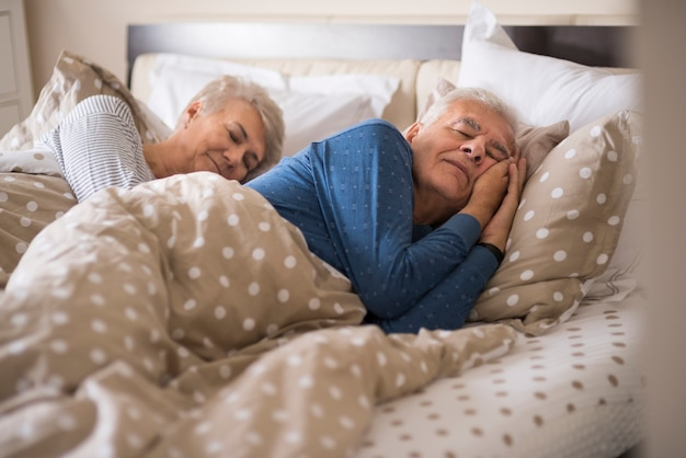快適なベッドでのシニア結婚 無料写真
