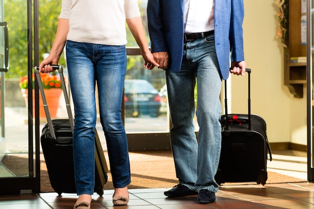 Senior married couple arriving at hotel Premium Photo