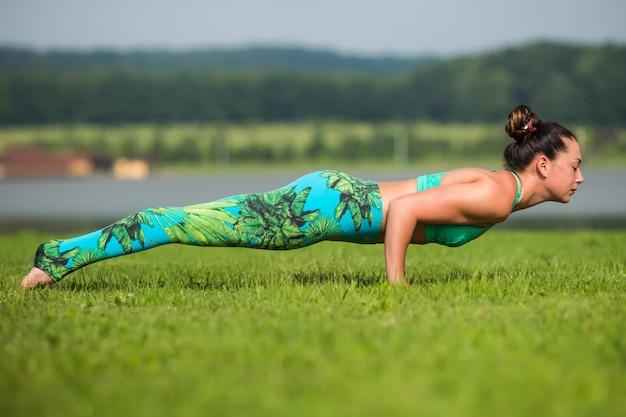 Старшая женщина делает упражнения йоги с горами позади Бесплатные Фотографии