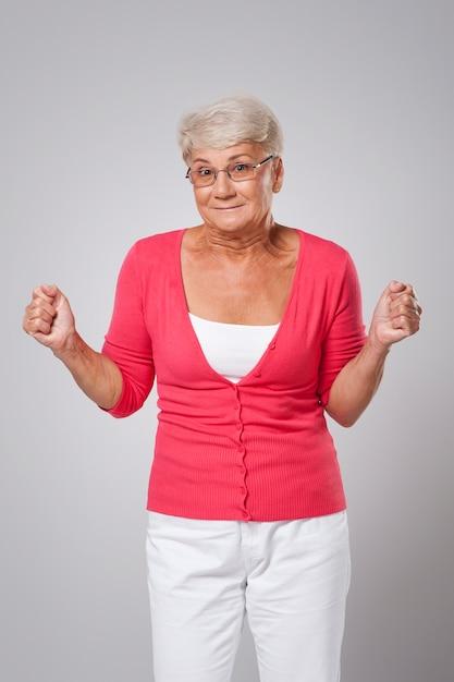 Старшая женщина, полная безнадежности на удачу Бесплатные Фотографии