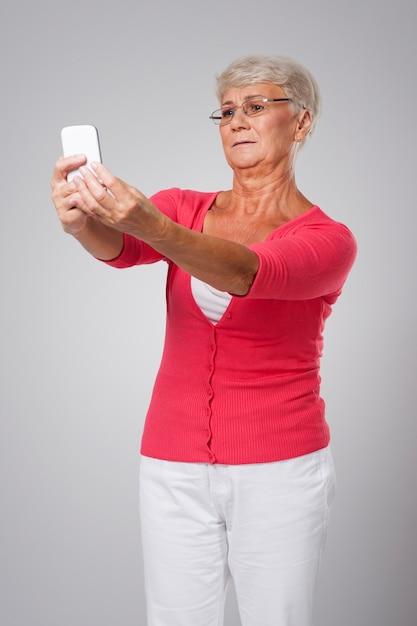 年配の女性は視力に問題があります 無料写真
