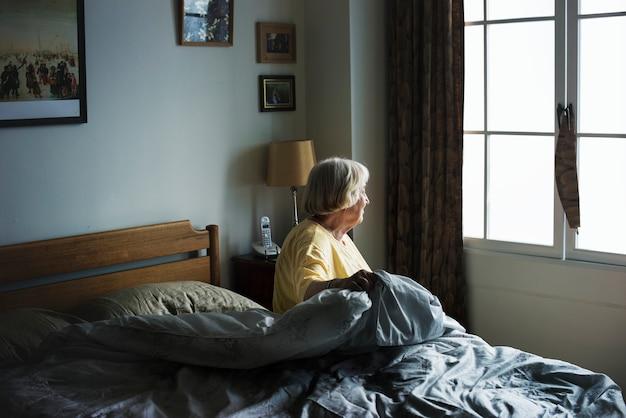 Starsza Kobieta Siedzi W Sypialni Darmowe Zdjęcia