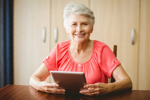 Senior woman using a tablet Premium Photo