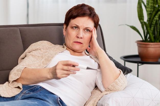 Donna senior con problemi di salute Foto Gratuite